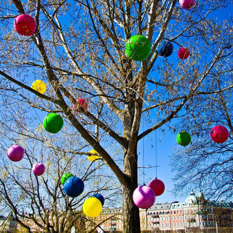 Ballons colorés dans un arbre images libres de droits