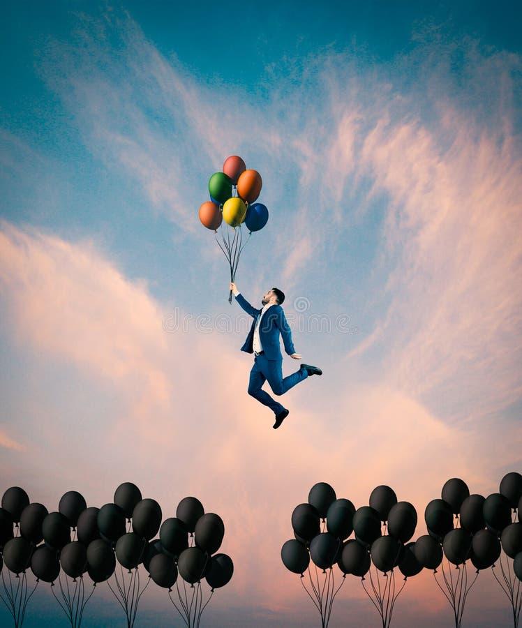 Ballons colorés Hors du concept de boîte image stock