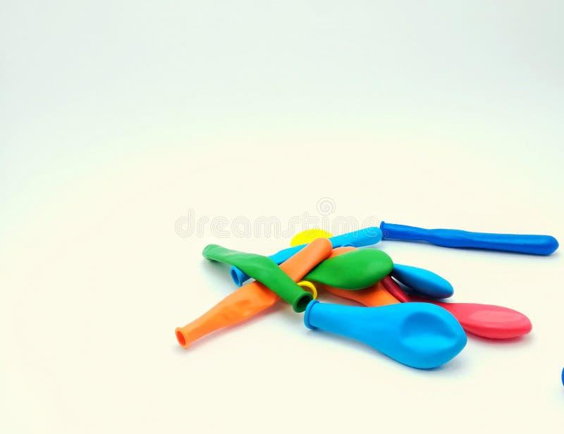Ballons colorés pour les enfants heureux image libre de droits