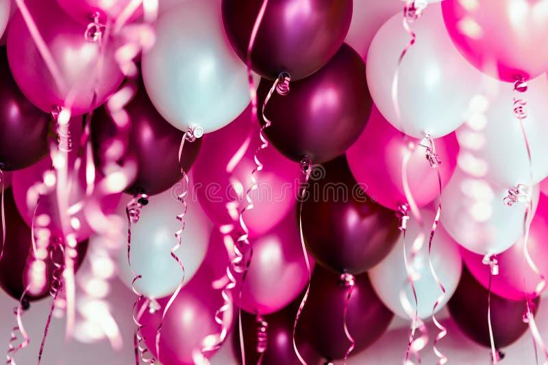 Ballons colorés, rose, blanc, rouge, flammes d'isolement photo libre de droits