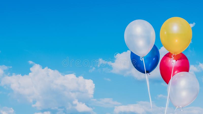 Ballons color?s avec le ciel bleu photographie stock libre de droits