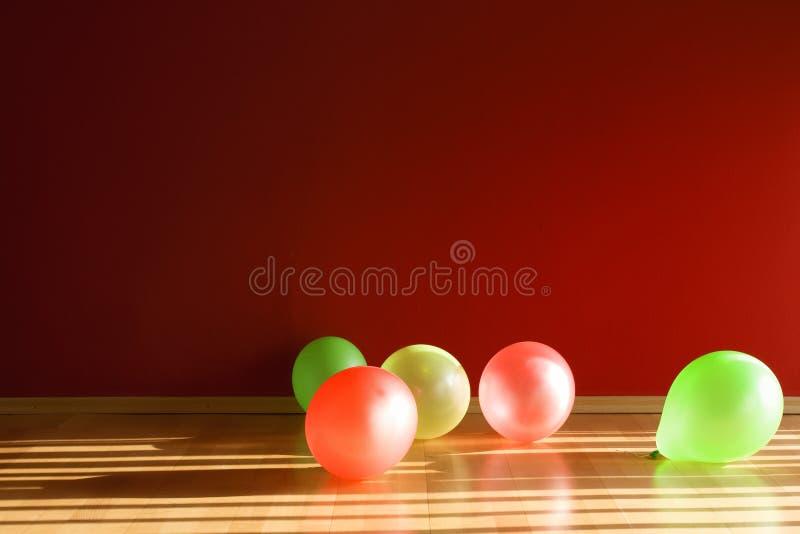 Ballons dans la chambre rouge images stock