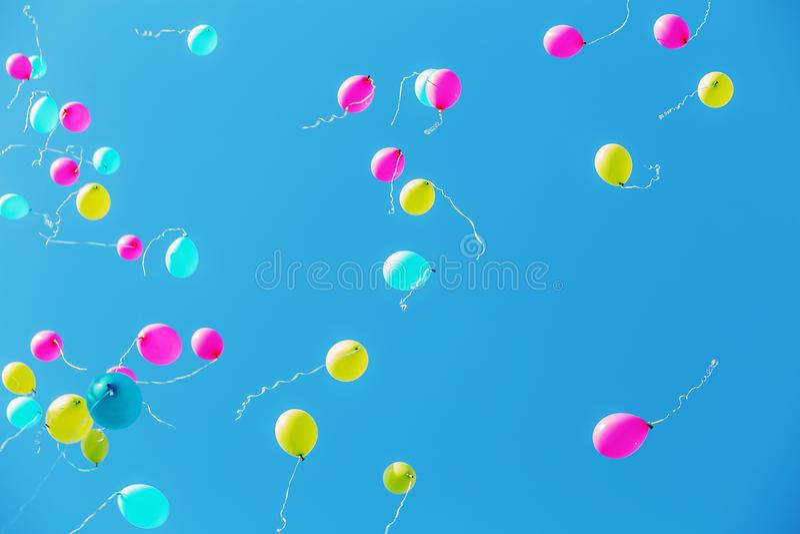 Ballons in de blauwe hemel stock foto's