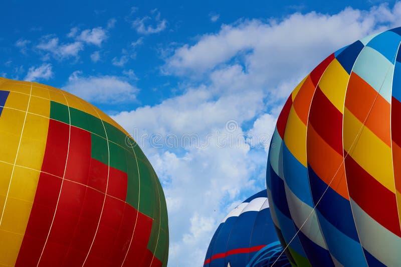 Ballons in de de zomerhemel stock afbeeldingen
