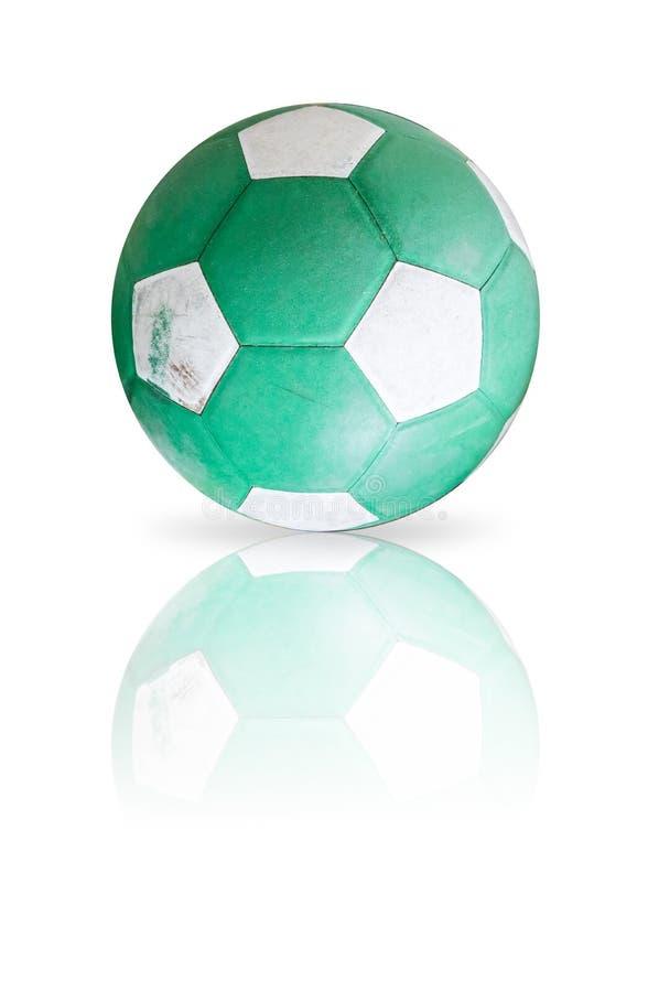 Ballons de football utilisés et sales d'isolement sur le blanc images stock