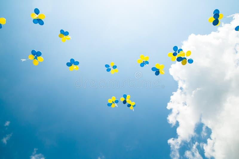 Ballons in de hemel stock afbeelding