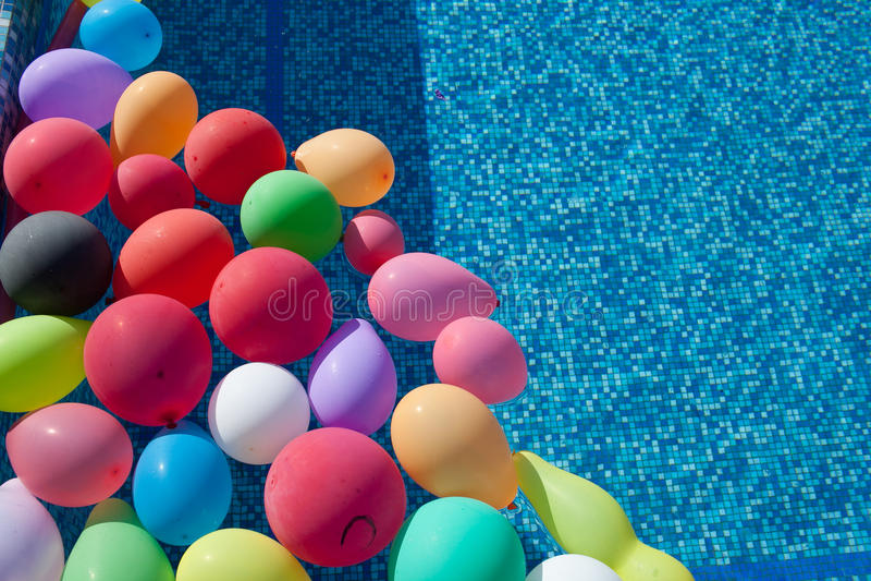 Ballons in de pool royalty-vrije stock fotografie