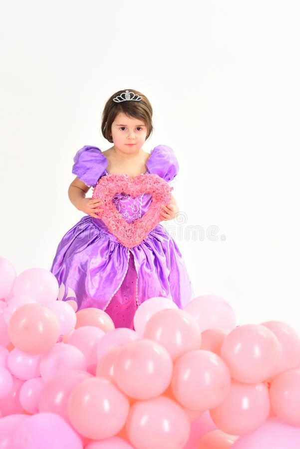 Ballons de réception Joyeux anniversaire Rose rouge Princesse de petite fille mode d'enfant Peu coup manqué dans la robe Enfance image stock