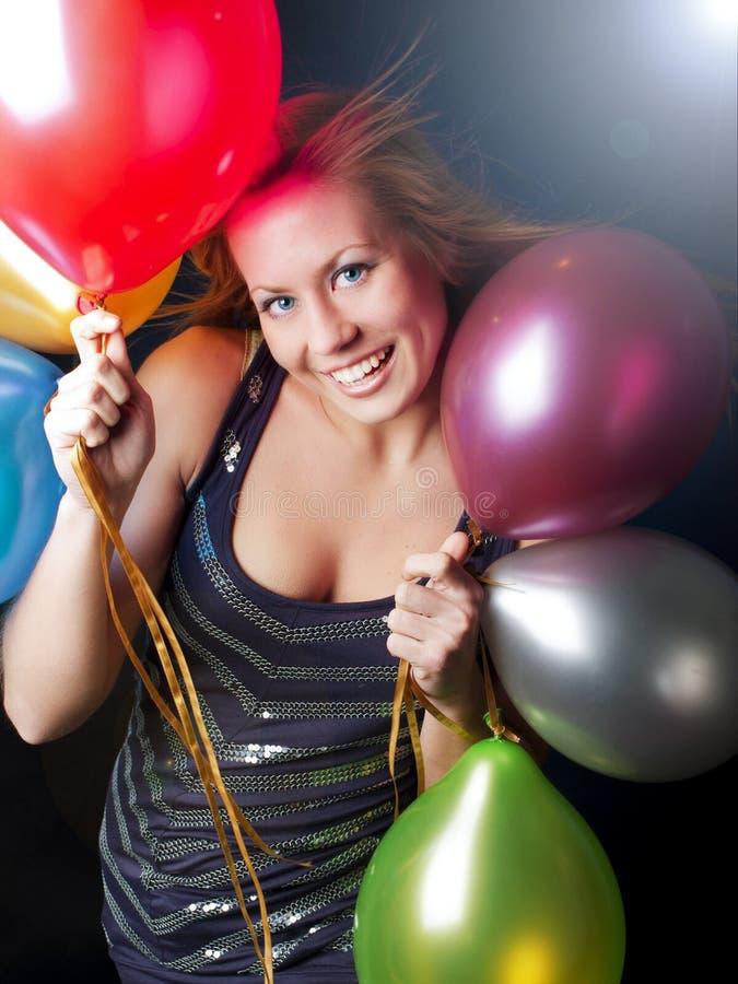 Ballons de sorriso da terra arrendada da mulher foto de stock royalty free
