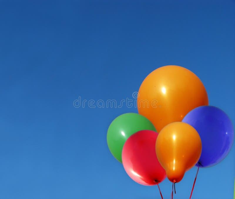 Ballons die in Blauwe Hemel drijven royalty-vrije stock foto's