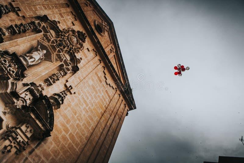Ballons die in een huwelijksviering vliegen stock foto's