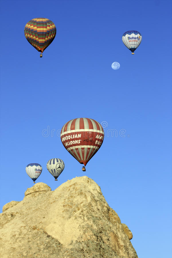 Ballons do ar quente com lua foto de stock