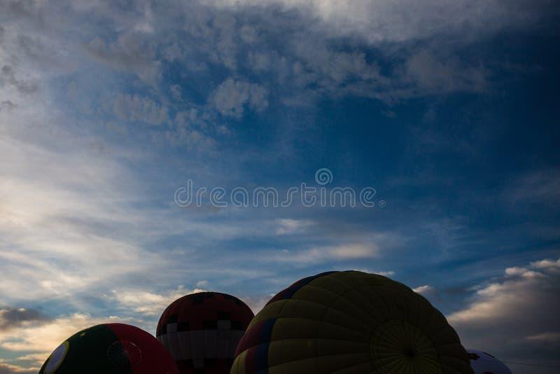 Ballons do ar quente no assoalho fotos de stock