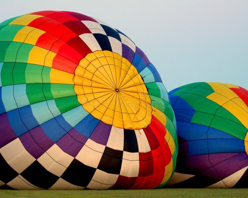 Ballons do ar quente que estão sendo inflados fotografia de stock