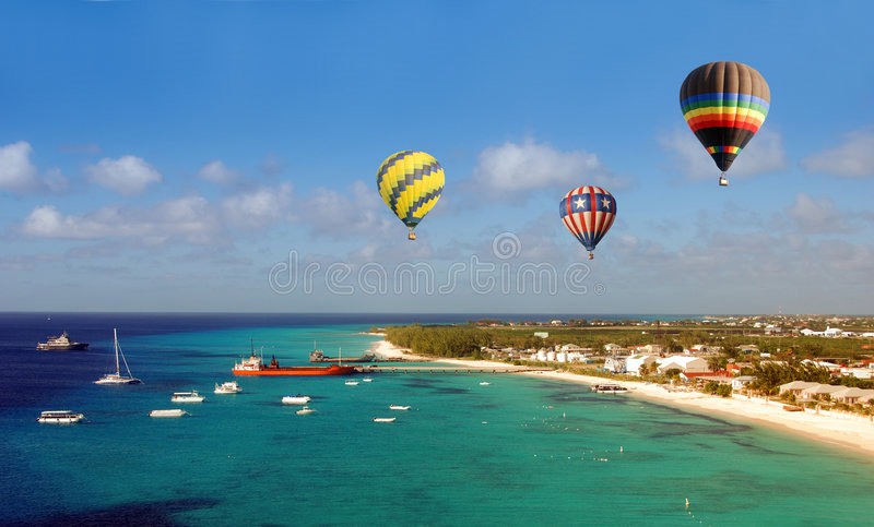 Ballons do ar quente sobre a praia imagens de stock royalty free