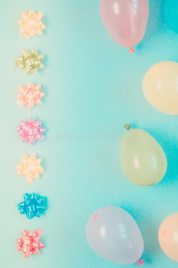 Ballons en bogen van de Colorfu de de feestelijke decoratie op blauwe achtergrond royalty-vrije stock foto