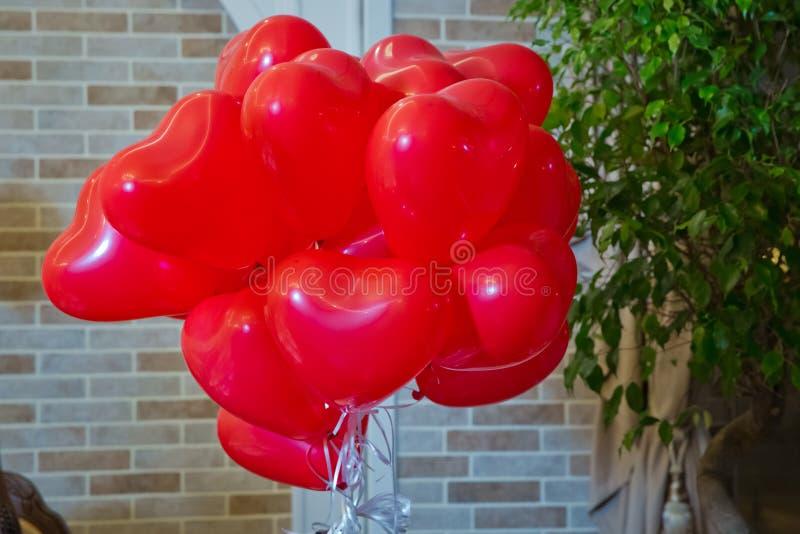 Ballons en quelques Saints Valentin ballons ? air r?gl?s Groupe de ballons en forme de coeur d'aluminium de couleur rouge d'isole photo stock