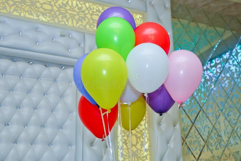 Ballons et ballons colorés avec la célébration heureuse sur le fond de ciel bleu ou de nature Groupe coloré d'oeuf de pâques photographie stock