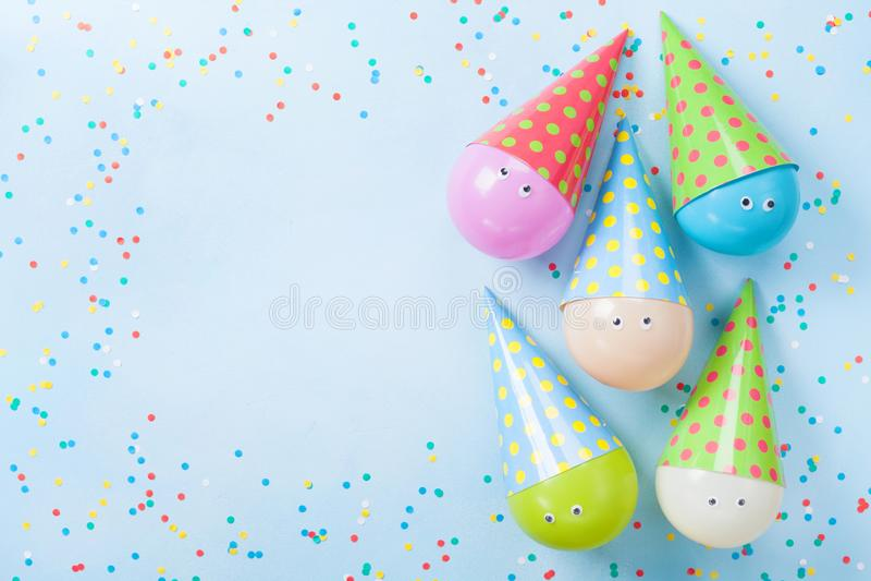 Ballons et confettis colorés sur la vue supérieure bleue de table Fond d'anniversaire ou de réception Configuration plate Carte d photo libre de droits