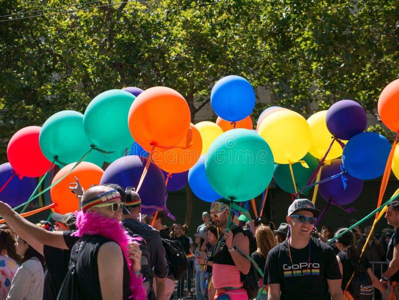 Ballons et marcheurs à 2017 SF Pride Parade image libre de droits