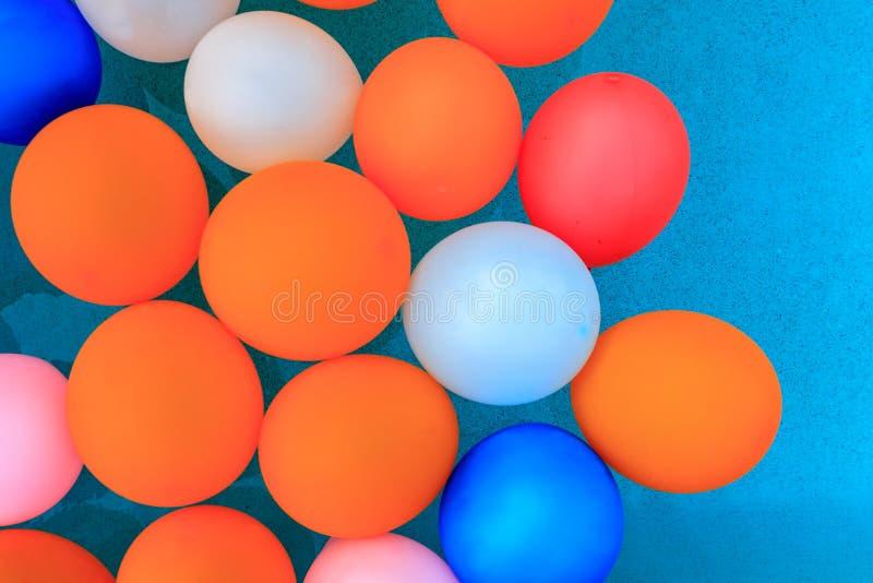 Ballons flottant à l'arrière-plan de piscine photographie stock libre de droits