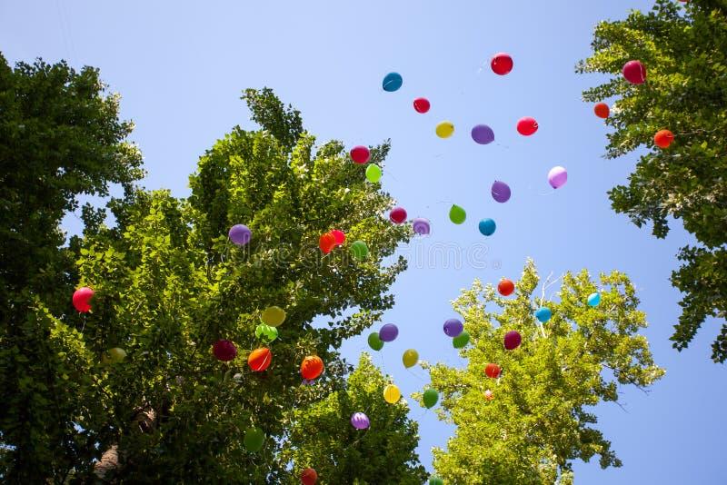 Ballons in het festival van het de zomerpark in een Zonnige dag stock foto
