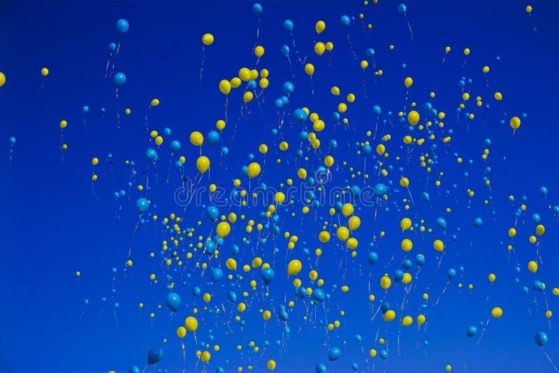 Ballons jaunes et bleus photographie stock libre de droits