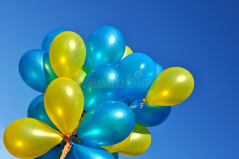 Ballons métalliques bleus et jaunes photos stock