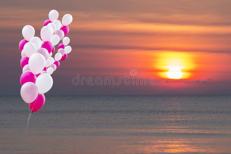 Ballons met mooie overzees van de zomerachtergrond en zonsondergang in de avond tijd vector illustratie