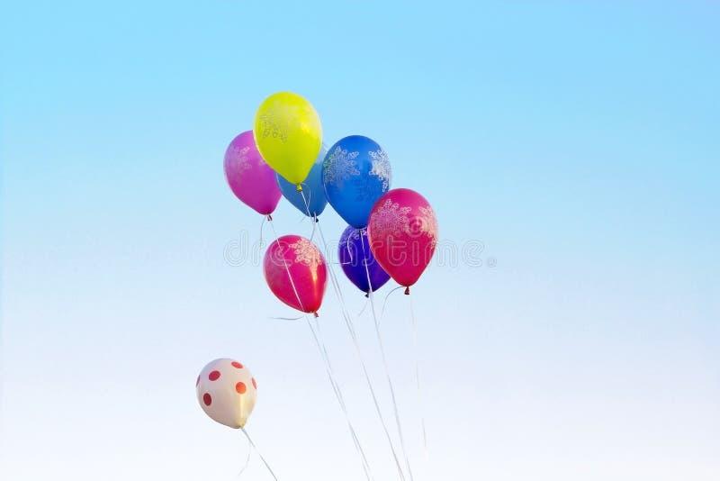Ballons multicolores à l'arrière-plan de ciel bleu image stock