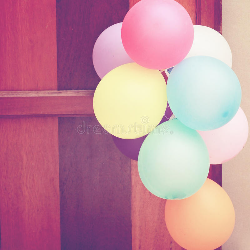 Ballons multicolores accrochant sur la porte images stock