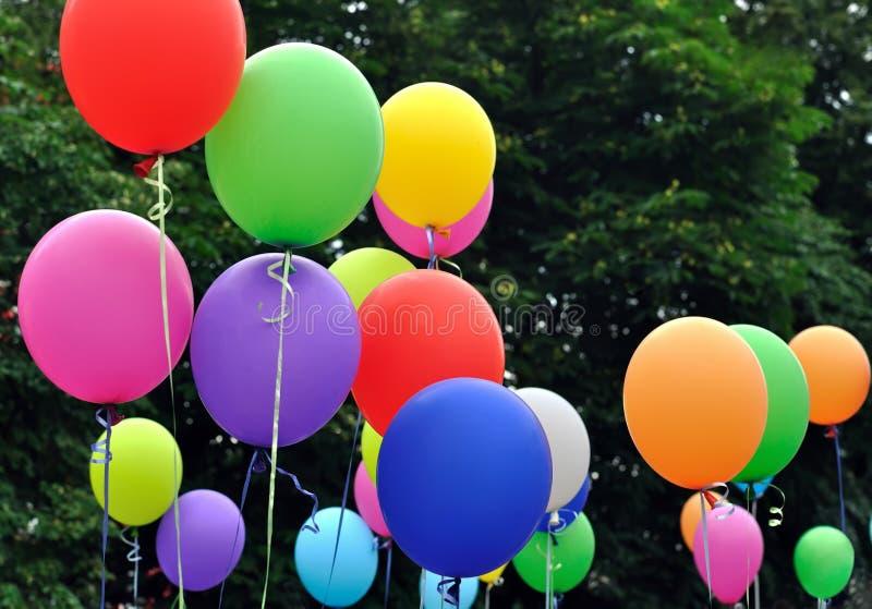 Ballons multicolores dans le festival de ville image libre de droits