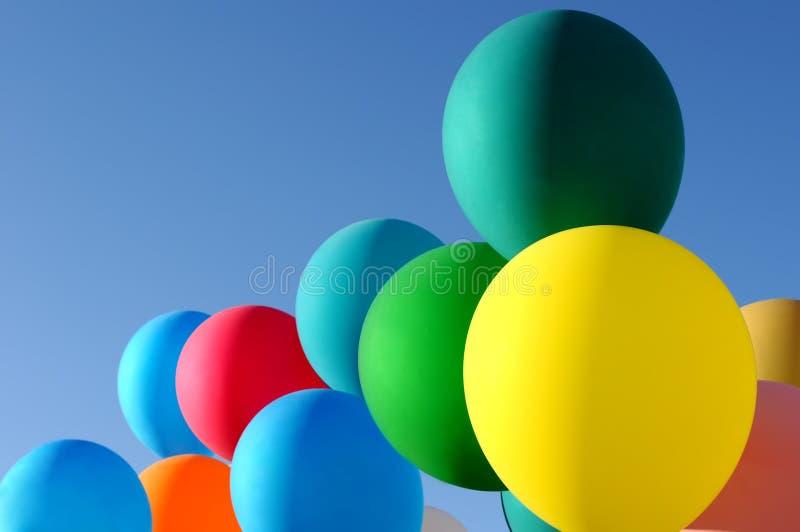Ballons multicolores dans le festival de ville photographie stock libre de droits