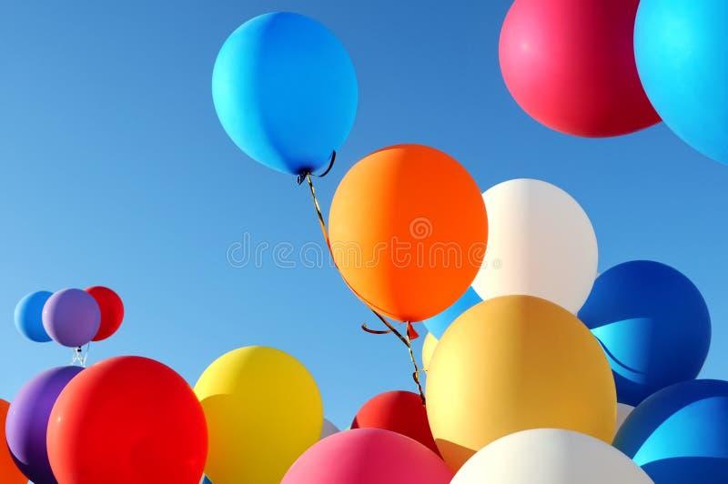 Ballons multicolores dans le festival de ville photographie stock