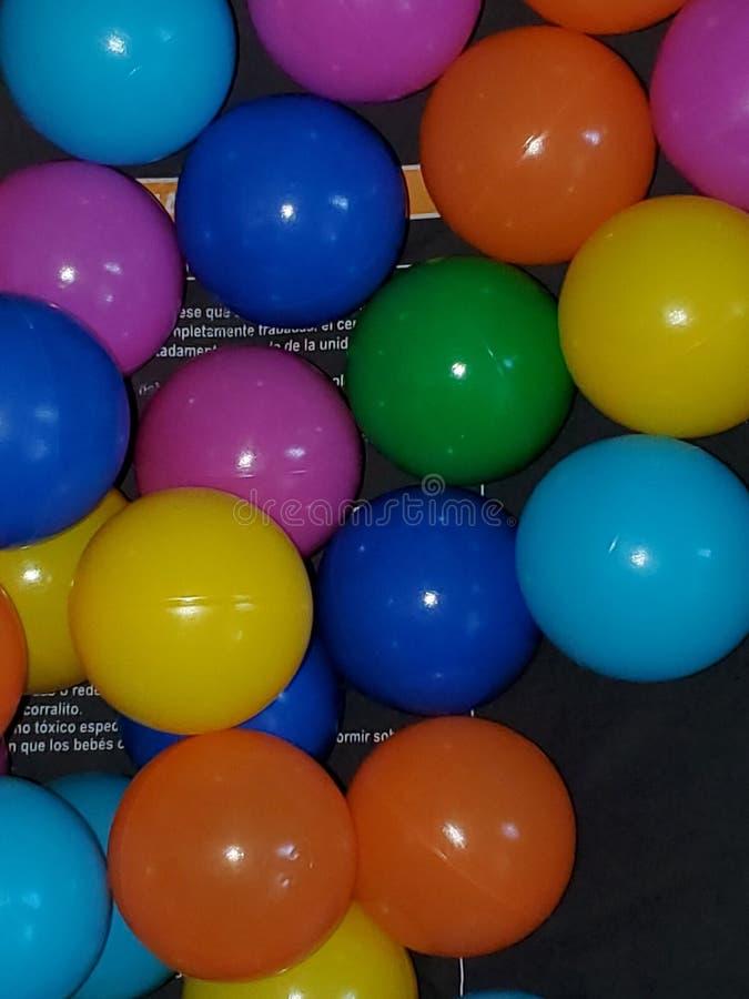 Ballons multicolores dans une fosse à balles photos libres de droits