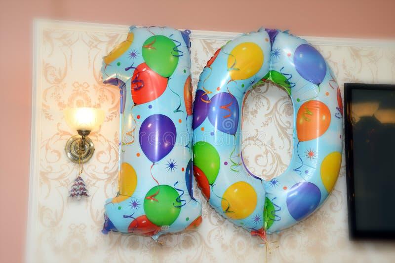 Ballons op de muurverjaardag royalty-vrije stock afbeeldingen