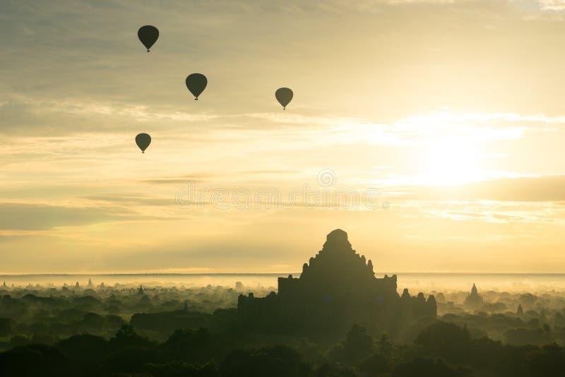 Ballons over Dhammayangyi-pagode bij de oude stad van Bagan in mor royalty-vrije stock fotografie