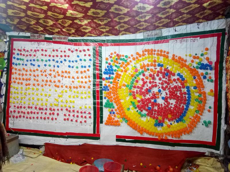 Ballons prêts pour jouer avec des enfants Dakshin Barasat le BENGALE-OCCIDENTAL INDE photo stock