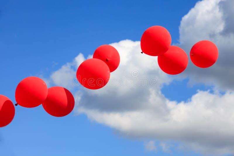 Ballons rouges, blancs et bleus en ciel photo libre de droits