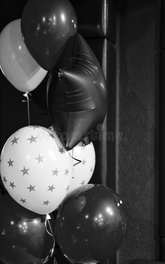 Ballons rouges et blancs avec le profil sous convention ast?risque Attribut traditionnel de vacances de ballon Chaque partie a be image stock