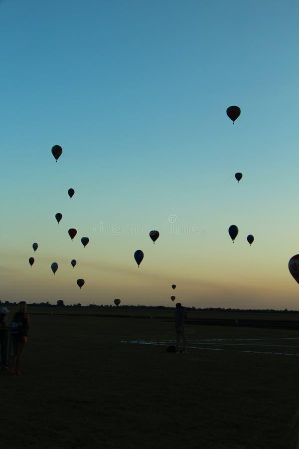 Ballons sur le ciel images libres de droits