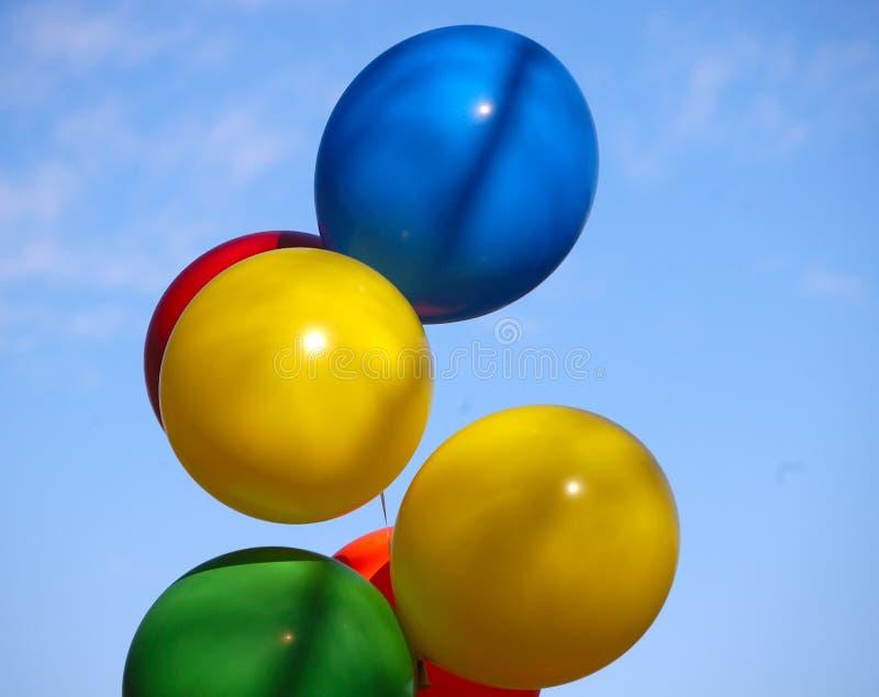 Ballons tegen de hemel stock afbeelding