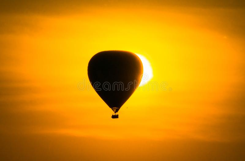 Ballonsonnenaufgangeklipse lizenzfreie stockfotos