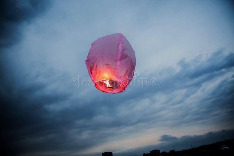 Balloon lanternas do voo de lanterna do céu do fogo, balões de ar quente que a lanterna voa acima altamente no céu fotografia de stock