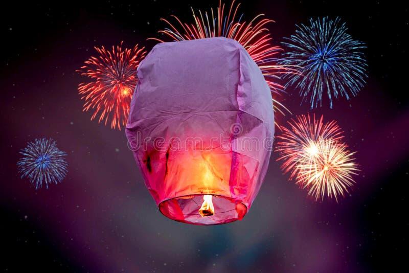 Balloon lanternas do voo de lanterna do céu do fogo, balões de ar quente que a lanterna voa acima altamente no céu Stars fundos foto de stock