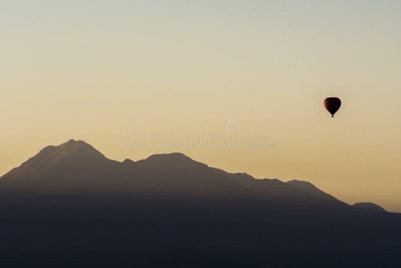 Balloon o passeio no nascer do sol no deserto de Atacama, o Chile fotografia de stock