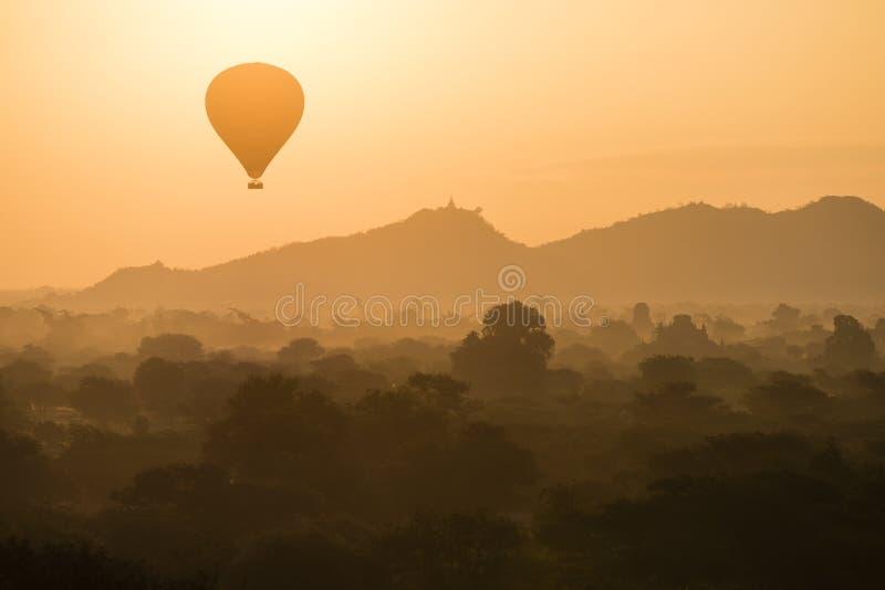 Balloon a silhueta com nascer do sol sobre os templos antigos em Bagan fotos de stock