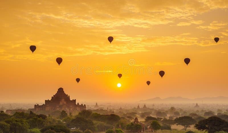 Balloon sopra la pianura di Bagan nella mattina nebbiosa, Myanmar immagini stock libere da diritti