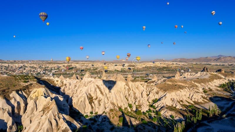 Ballooning à l'air chaud dans les Canyons de Cappadoce image stock