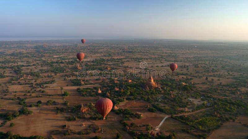 Ballooning στην αυγή πέρα από Bagan, το Μιανμάρ στοκ φωτογραφίες με δικαίωμα ελεύθερης χρήσης